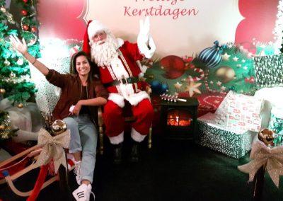 Kerstman met vrouw in decor - december-entertainment.nl
