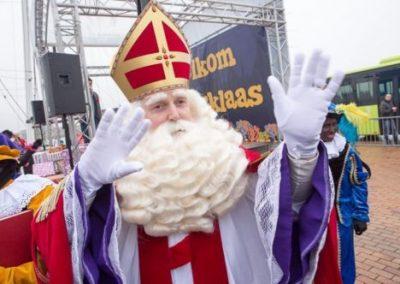 Zwaaiende Sinterklaas in Lelystad - - december-entertainment.nl